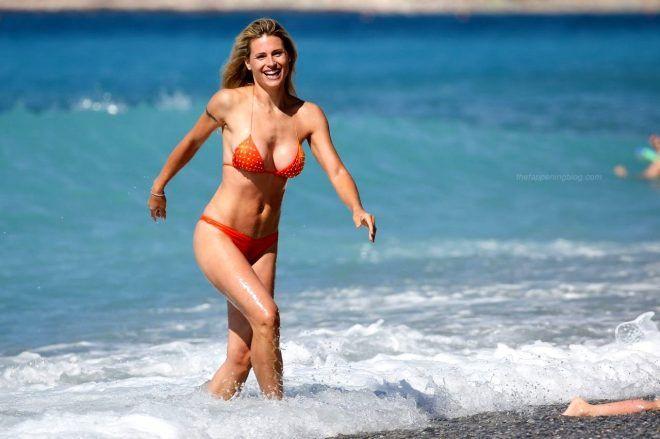 Bikinisi açılan 43 yaşındaki ünlü sunucu Michelle Hunziker'in göğsü göründü - Sayfa 2