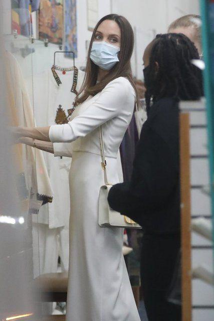Angelina Jolie, kızlarıyla alışverişte - Sayfa 1