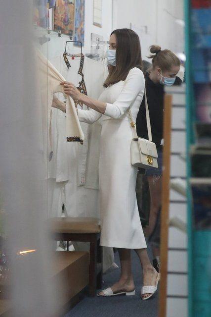 Angelina Jolie, kızlarıyla alışverişte - Sayfa 3