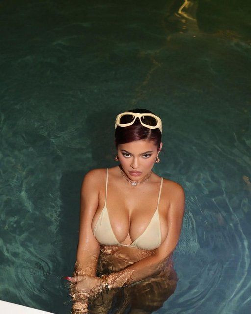 Kylie Jenner: 2021'e doğru yüzüyorum - Sayfa 1