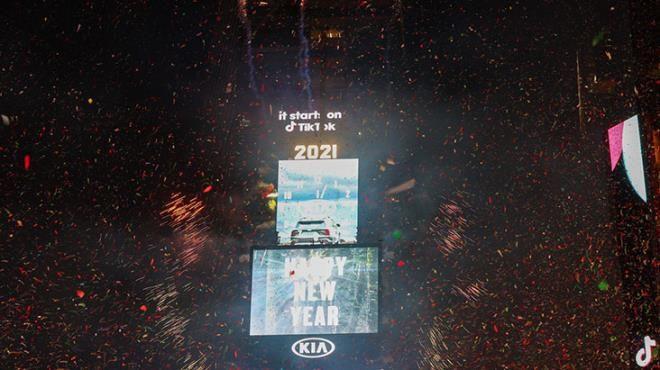 Bir tarafta bomboş meydanlar, diğer tarafta çılgın kalabalık! Dünya 2021 yılına böyle girdi - Sayfa 4