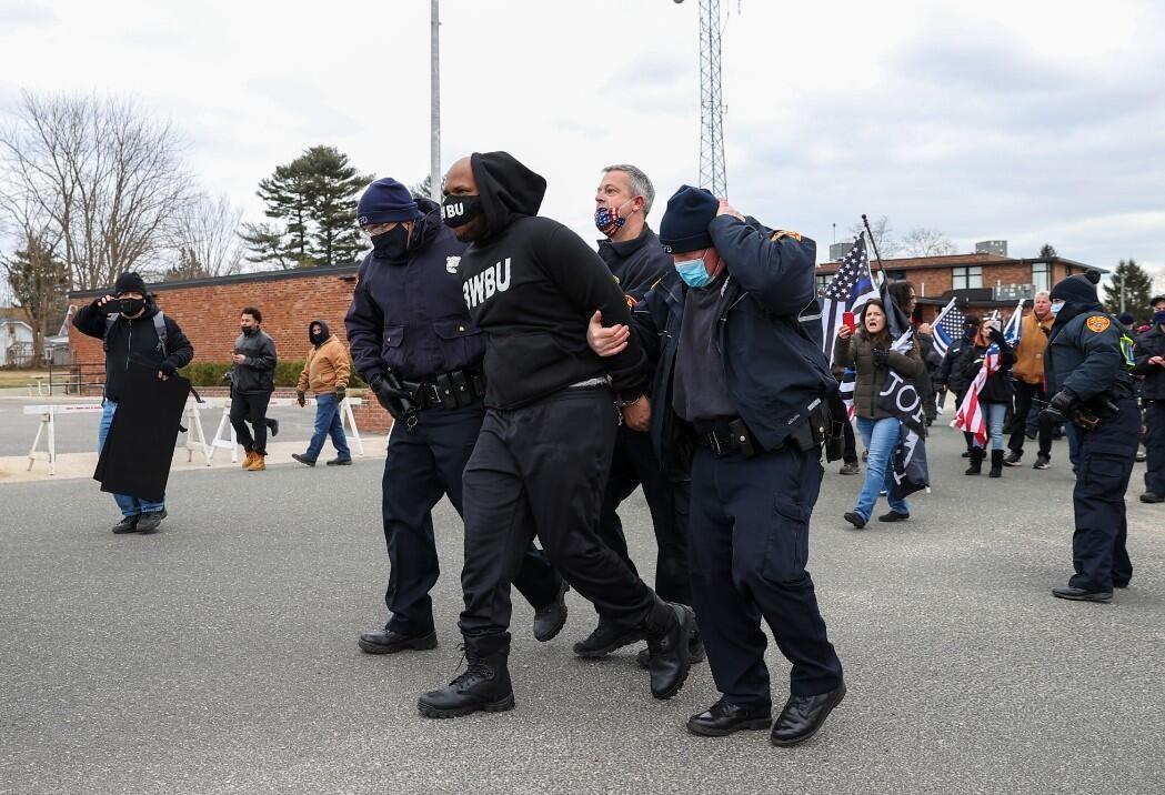 3 kişi gözaltına alındı! Trump destekçisi ve karşıtı gruplar birbirine girdi - Sayfa 3