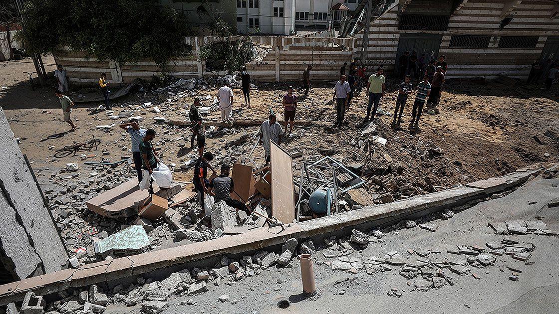 İsrail Gazze Şeridi'nde bir okulu ve evleri hedef aldı - Sayfa 1